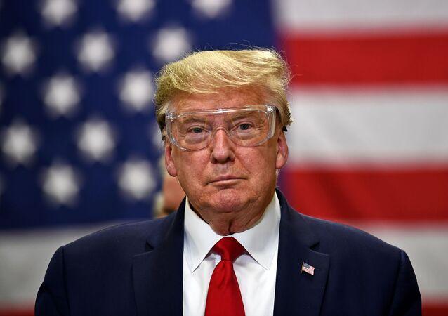 Presidente dos EUA, Donald Trump, usa óculos protetores durante visita a fábrica de máscaras em Phoenix, no Arizona (EUA), 5 de maio de 2020