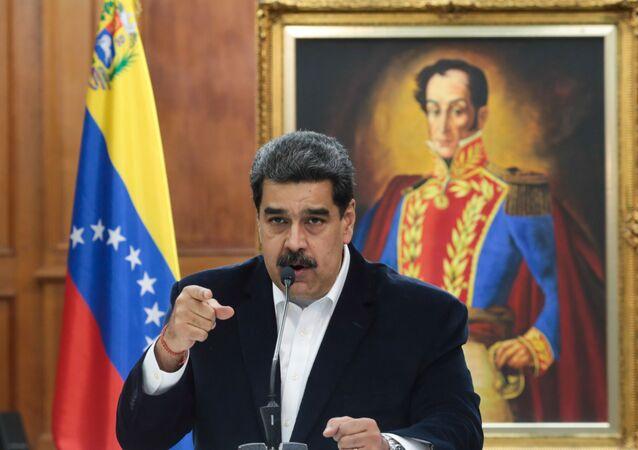 Presidente da Venezuela, Nicolás Maduro, fala durante uma reunião com as Forças Armadas Bolivarianas no Palácio Miraflores, em Caracas, Venezuela, 4 de maio de 2020