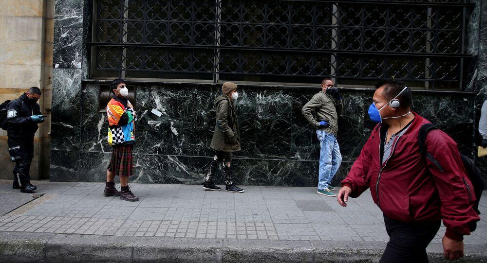 Fila de banco em Bogotá, na Colômbia, durante epidemia do novo coronavírus