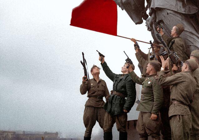 Soldados do batalhão do comandante Stepan Neustroev, no Palácio do Reichstag, em Berlim, 1945