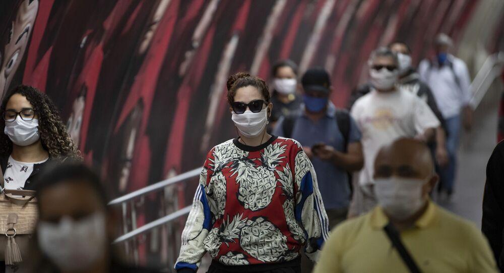 Passageiros no metrô de São Paulo usam máscaras para se proteger da COVID-19.