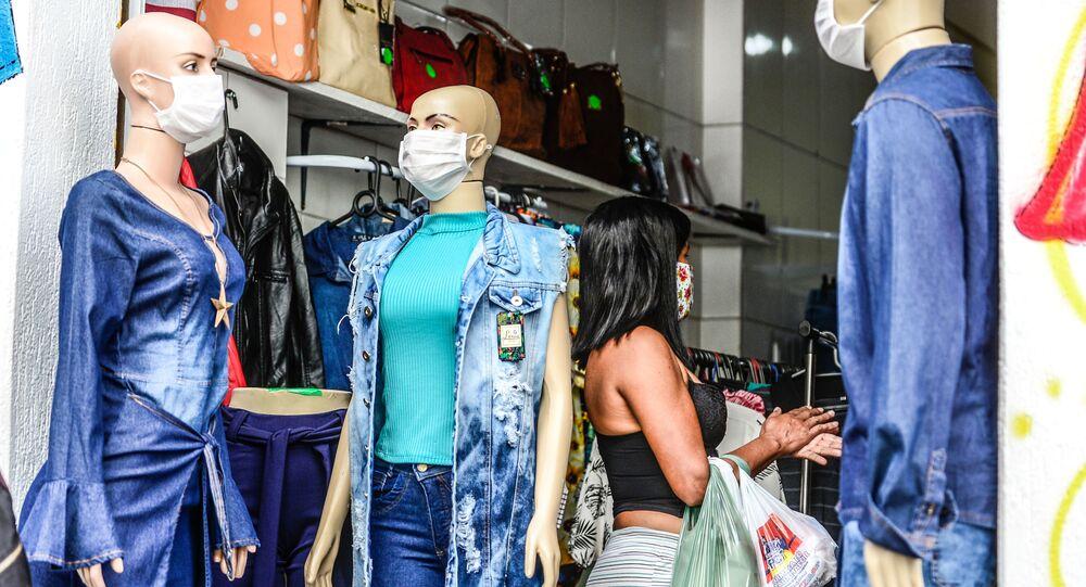 Comércio de rua reaberto atrai clientes em Florianópolis (SC) em meio à COVID-19