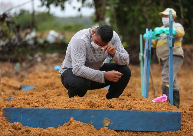 Homem chora a morte de avó de 71 anos, vítima da COVID-19, no cemitério Nossa Senhora, em Manaus (AM), 6 de maio de 2020