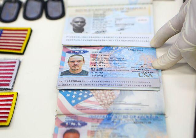 Documentos de norte-americanos capturados na Venezuela, em exposição no palácio Miraflores, em Caracas, 4 de maio de 2020