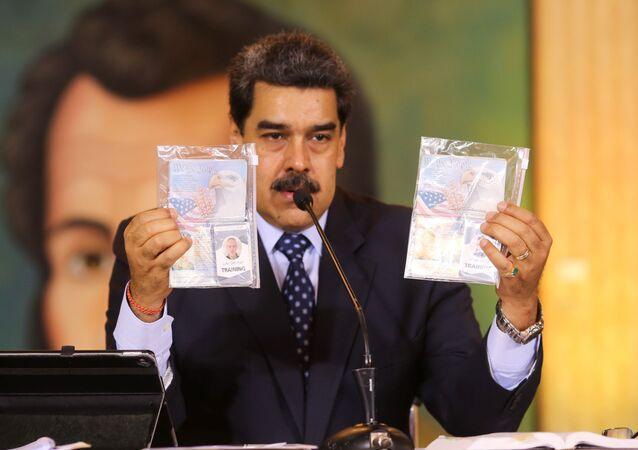 Presidente da Venezuela, Nicolás Maduro, exibe documentos de norte-americanos capturados após tentativa frustrada de invasão, 6 de maio de 2020