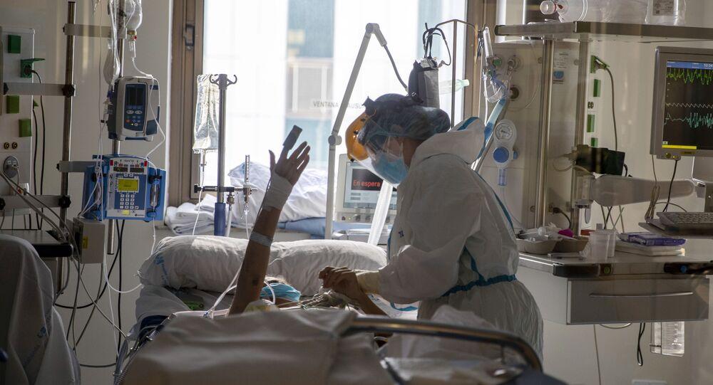 Assistente médica cuida de paciente infectado pelo coronavírus na Espanha