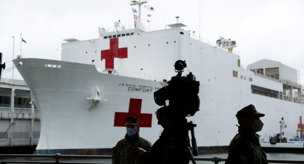 A mídia e os militares norte-americanos olham para o navio hospital USNS Comfort, da Marinha dos EUA, que se prepara para partir do West Side de Manhattan para retornar ao seu porto de origem em Norfolk, estado de Virgínia, após tratar pacientes durante o surto da doença do coronavírus (COVID-19) na cidade de Nova York, EUA, 30 de abril de 2020