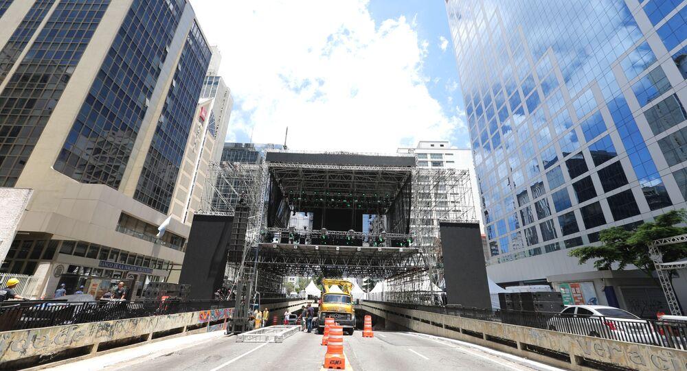 Finalização da montagem do palco e últimos preparativos para o Réveillon da Avenida Paulista