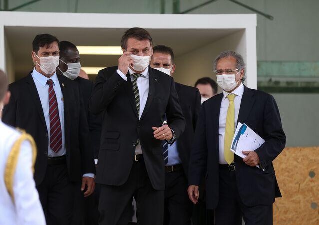 Presidente Jair Bolsonaro, acompanhado do ministro Paulo Guedes e empresários, conversa com a imprensa ao sair do STF