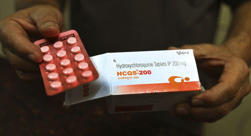 Paciente exibe cartela de comprimidos da hidroxicloroquina em Nova Deli, na Índia