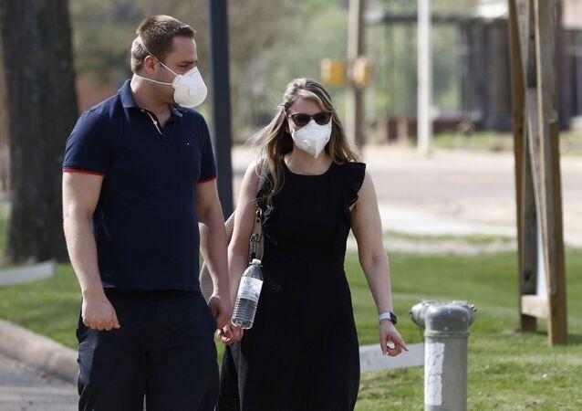 Casal anda com máscaras em espaço público nos EUA (foto de arquivo)