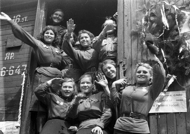 Moças soviéticas voltando da Alemanha para seu país em 1945