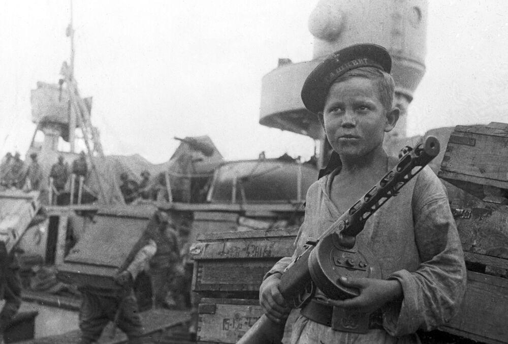 O grumete Boris Kuleshin condecorado com a Estrela Vermelha pela sua ajuda às tripulações de destróieres soviéticos