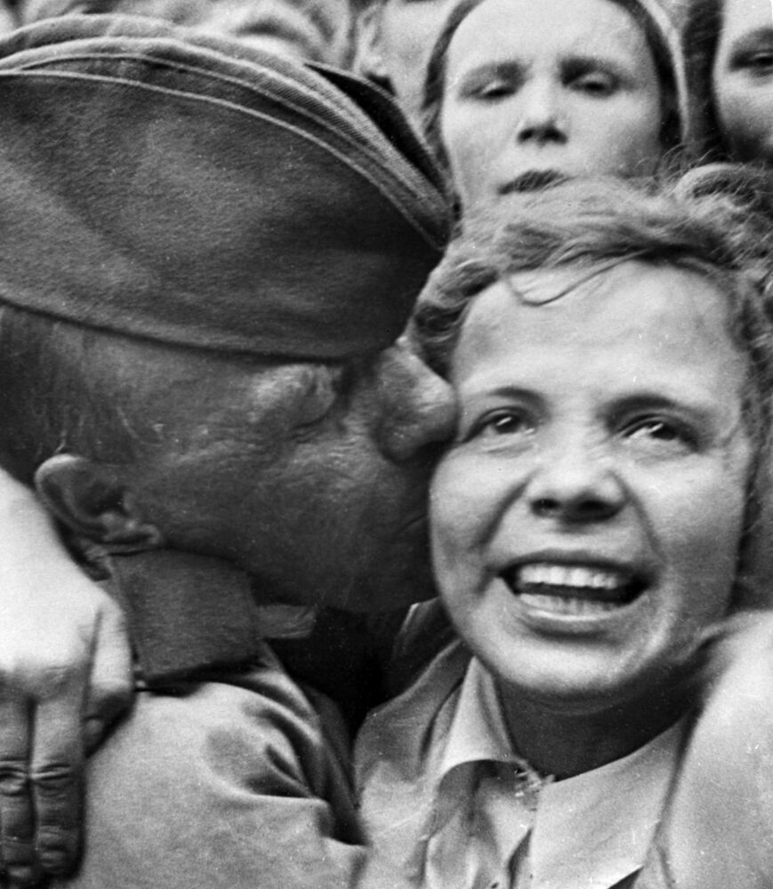 Recepção no terminal ferroviário Belorussky, em Moscou, dos primeiros soldados soviéticos regressados da frente de combate após a derrota da Alemanha de Hitler, junho de 1945