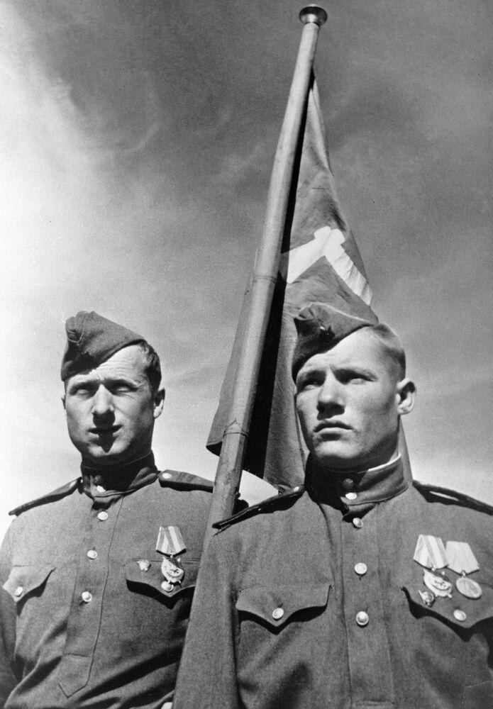 Os soldados soviéticos Mikhail Egorov (à direita) e Meliton Kantariya (à esquerda) que fincaram a bandeira da Vitória sobre o Reichstag