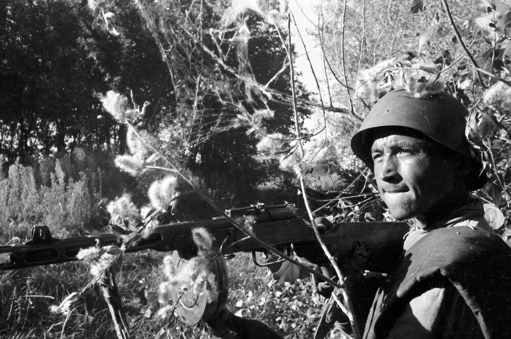 Combatente Toili Atadzhanov em combate nos arredores de Stalingrado, 1942