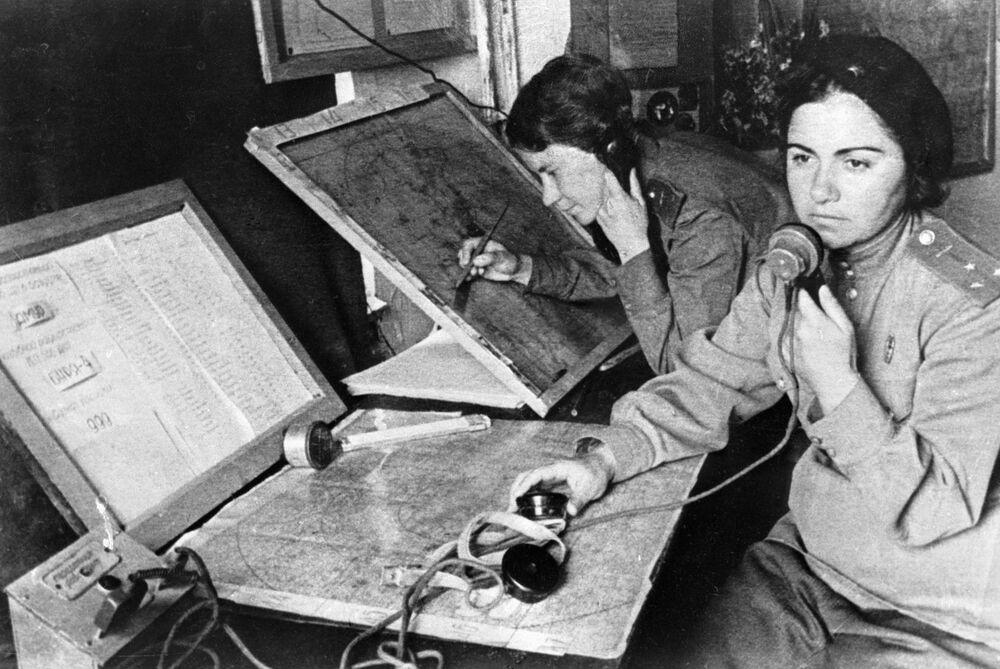 Militares do regimento feminino de caças, pertencente às Tropas de Defesa Antiaérea da União Soviética