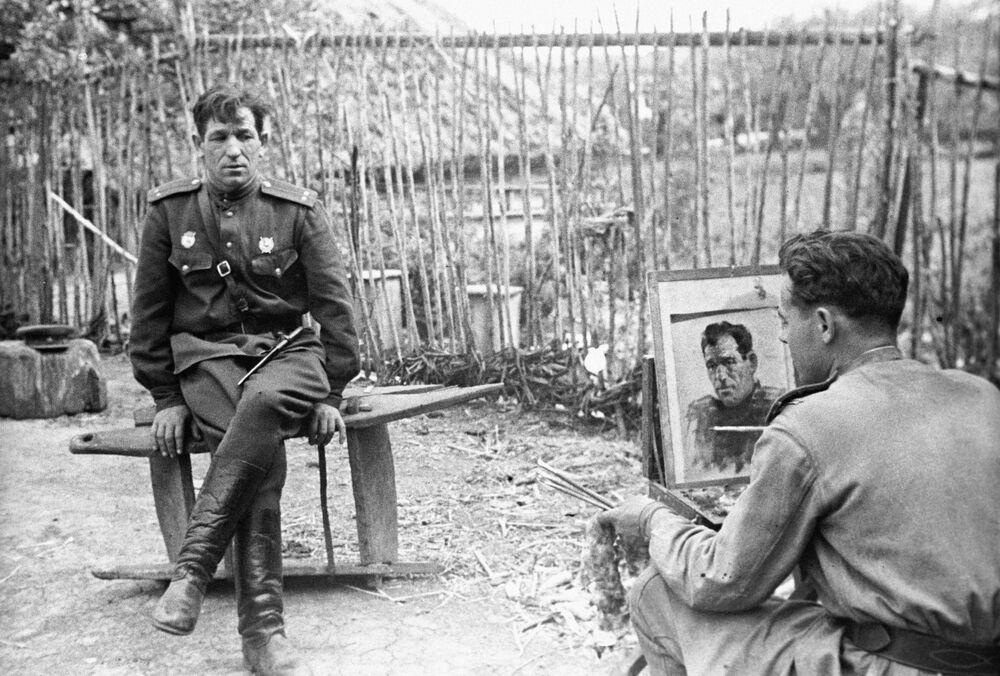 Pintor Nikolai Sokolov pinta retrato do tenente soviético N. Bryskin durante a Grande Guerra pela Pátria