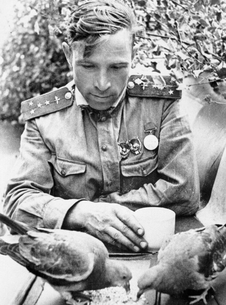 Capitão e navegador soviético Viktor Vasilievich Popov do 263° regimento de aviação de caças, em 1943