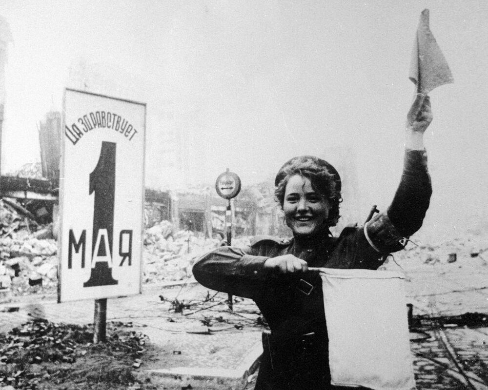 Guarda de trânsito militar Maria Shalneva na Alexanderplatz, em Berlim