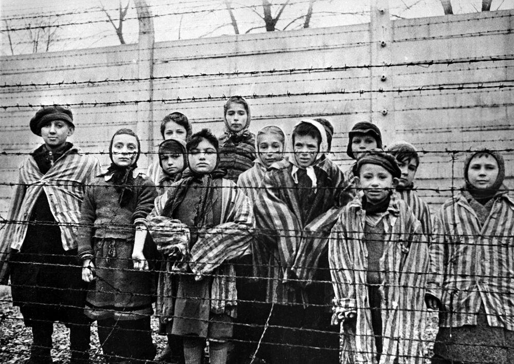 Crianças prisioneiras no campo de concentração de Auschwitz em 1945