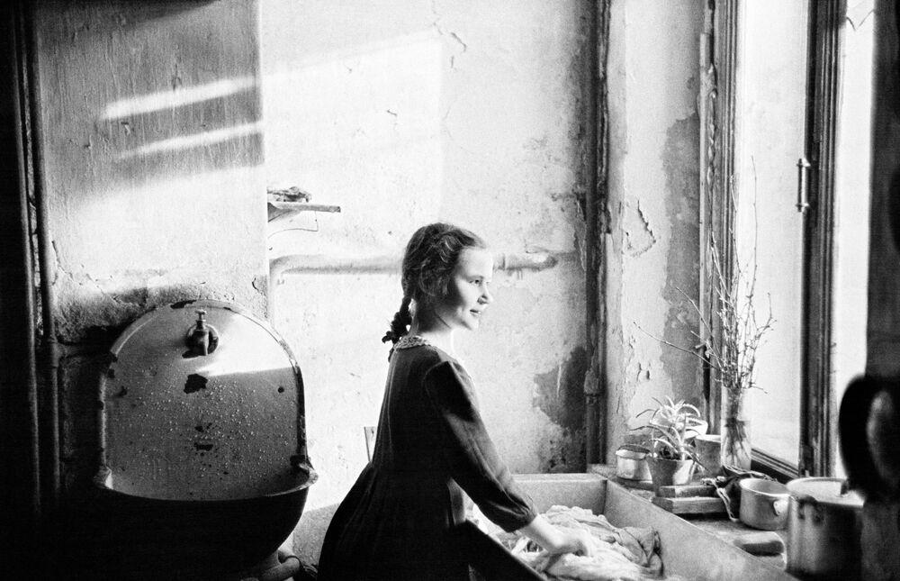 Adolescente em um apartamento dividido em Moscou em 1945