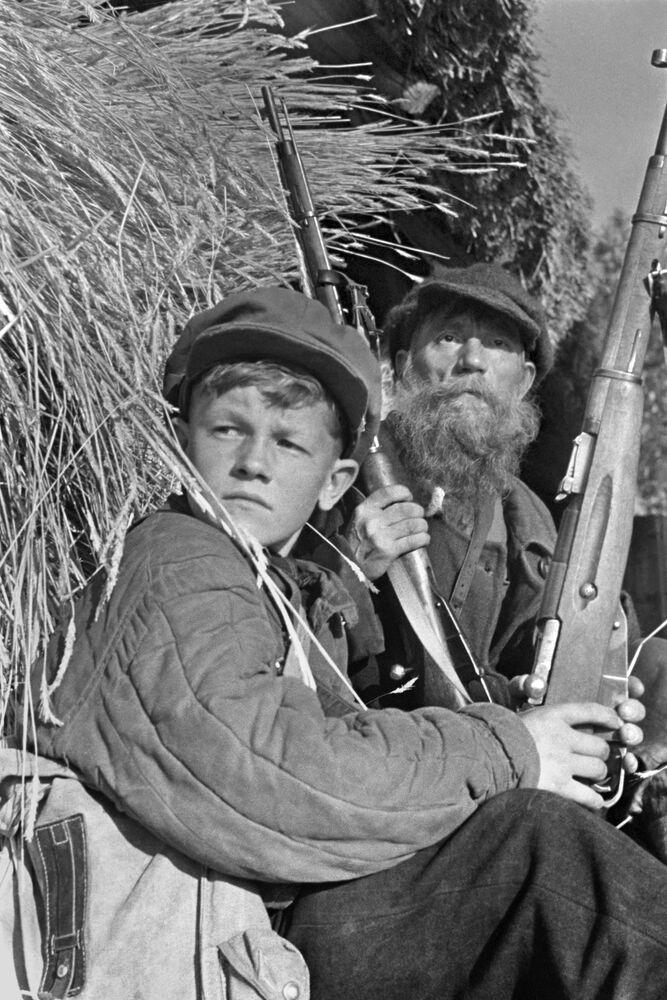 Os partisans Leonid Fedorov, de 13 anos, e o agricultor I.V. Grishin durante uma patrulha na região de Leningrado em 1943