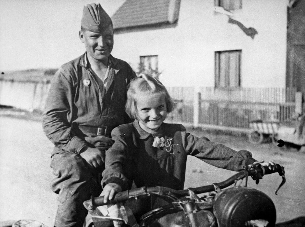 Soldado soviético e menina tcheca no vilarejo de Cimelice, na antiga Tchecoslováquia e atual República Tcheca em 1945