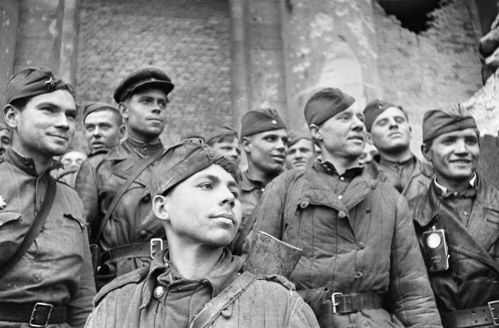 Soldados que tomaram o Reichstag, pertencentes ao 674° regimento da 150° divisão de Idritsk. Na frente está o recruta Grigory Bulatov