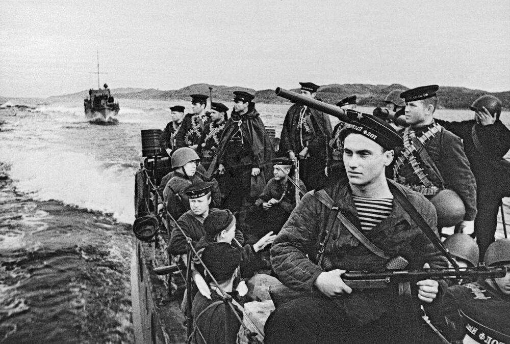 Marinheiros e fuzileiros da Frota do Norte se direcionam em lanchas ao campo de batalha, 1942