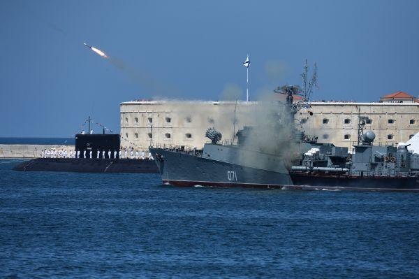 Disparo de míssil de embarcação da Marinha russa
