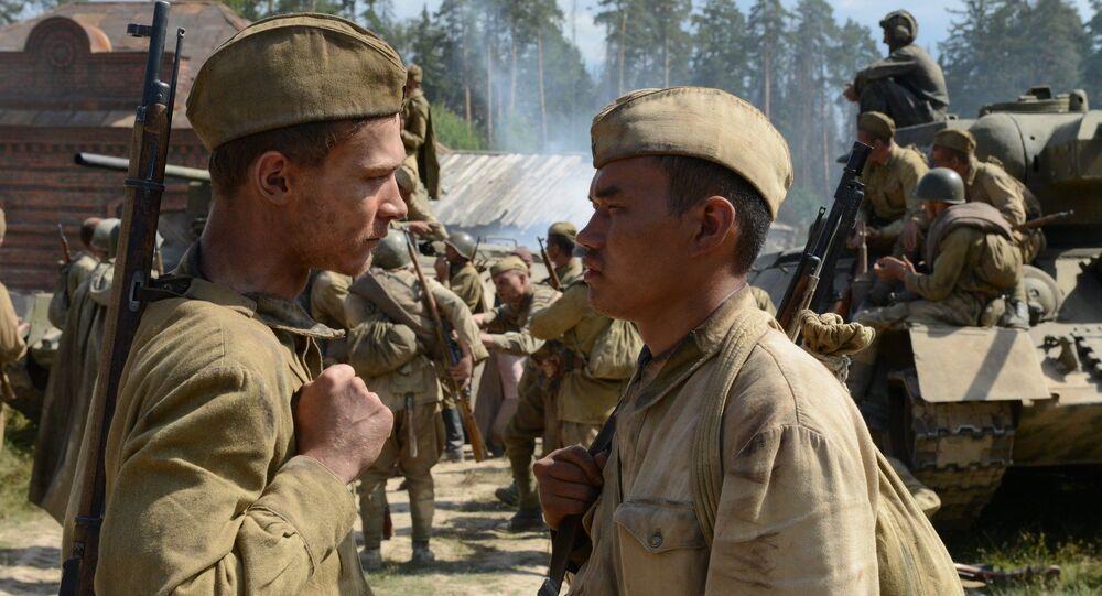 Tenente Ogarkov e soldado Dzhurabayev após batalha contra os alemães, no filme Caminho para Berlim, de 2015