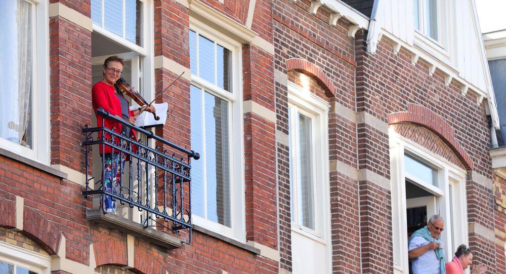 Holandeses celebram Dia do Rei da sacada durante epidemia do coronavírus nos Países Baixos
