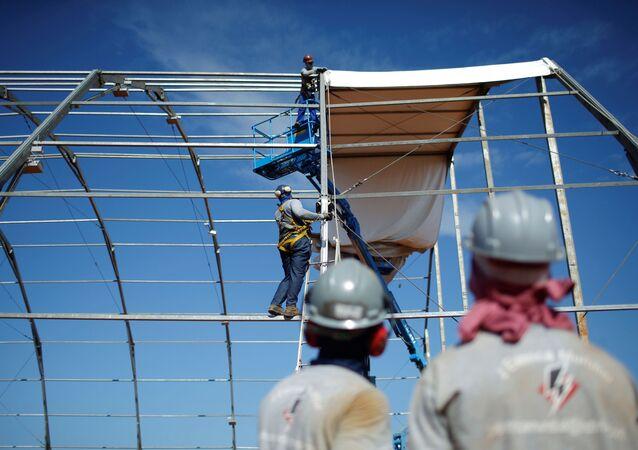 Trabalhadores durante o período de obras do hospital de campanha federal em 11 de abril de 2020 na cidade de Águas Lindas, em Goiás, em meio à pandemia da COVID-19.