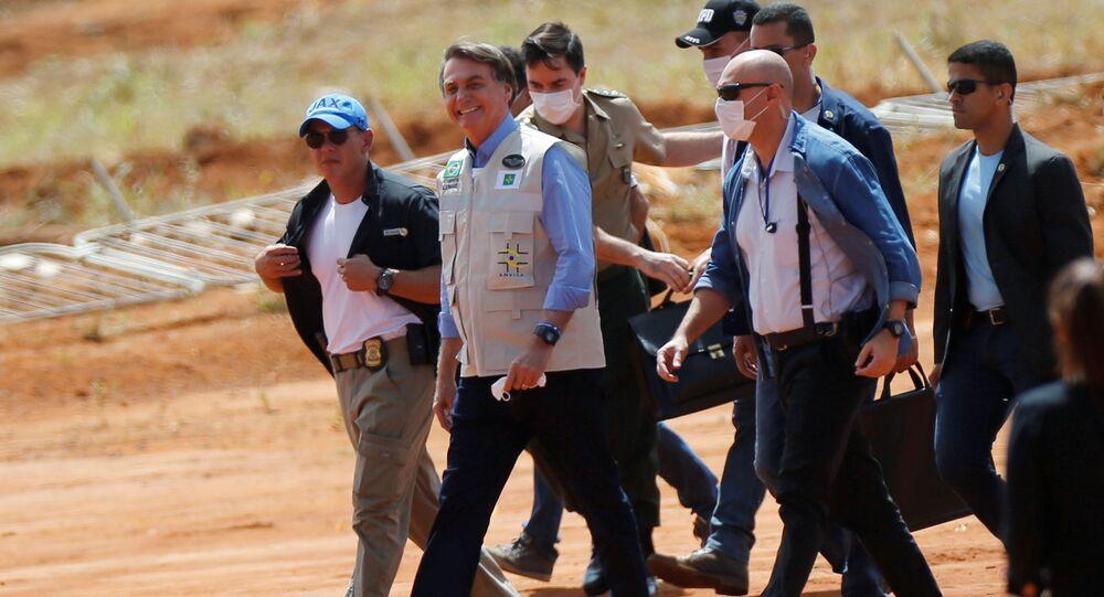 O presidente do Brasil, Jair Bolsonaro, em visita às obras do hospital de campanha federal em Águas Lindas, em Goiás. A visita em meio à pandemia da COVID-19 ocorreu em 11 de abril de 2020.