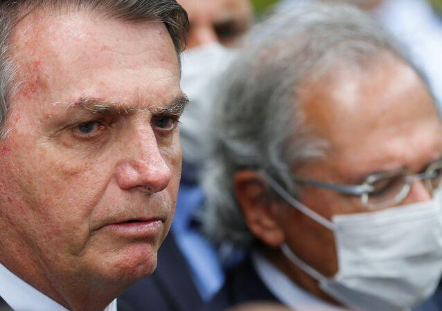 O presidente do Brasil, Jair Bolsonaro, ao lado do ministro da Economia, Paulo Guedes, durante uma coletiva de imprensa após reunião com o presidente do Supremo Tribunal Federal, Dias Toffoli.