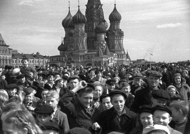 Multidão se aglomera na Praça Vermelha para comemorar a vitória na Grande Guerra Patriótica