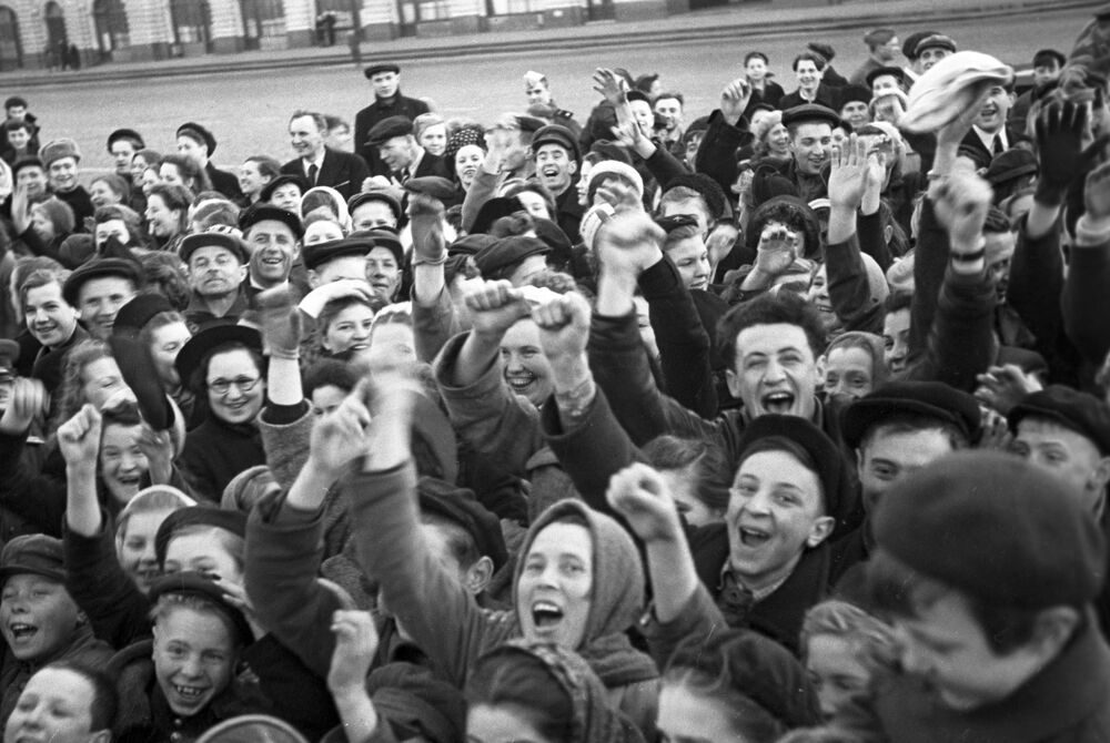 Moscovitas na Praça Vermelha durante comemoração do fim da Grande Guerra pela Pátria