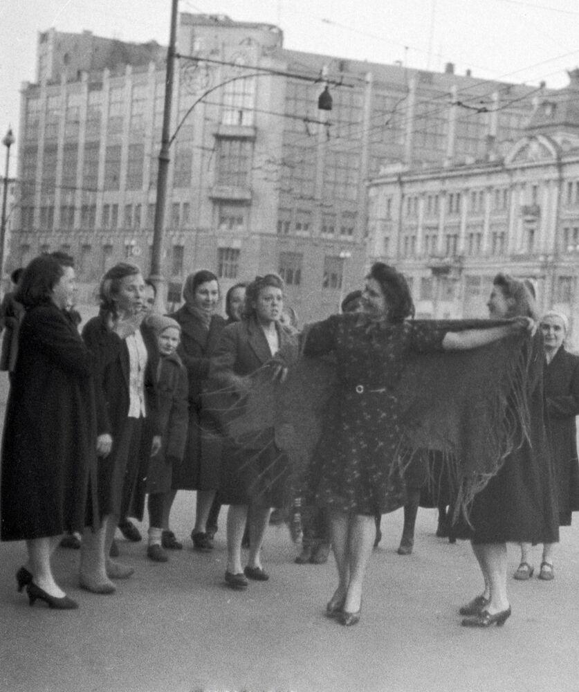 Mulheres dançam em rua de Moscou para celebrar o fim da Grande Guerra pela Pátria