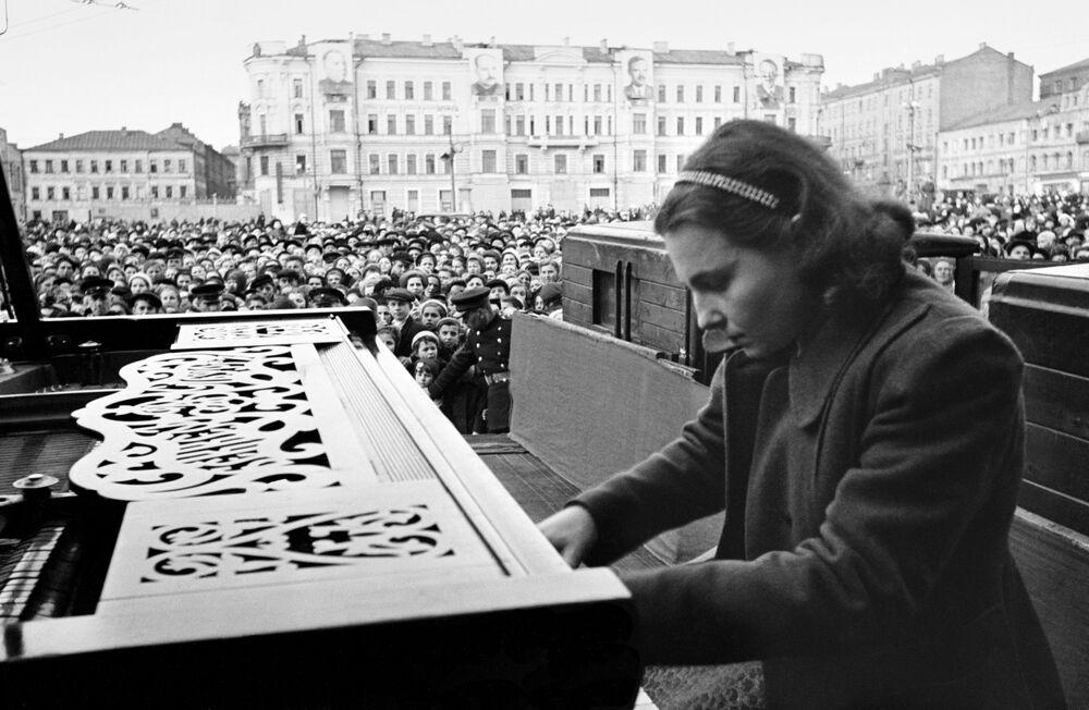 Pianista comemora fim da Grande Guerra pela Pátria em praça de Moscou