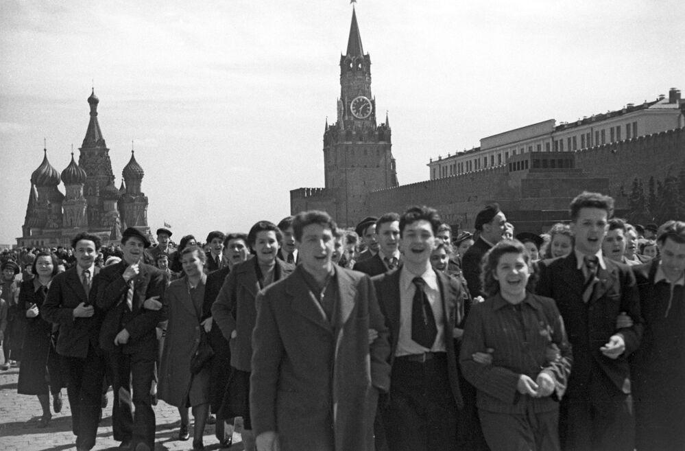Pessoas se agrupam na Praça Vermelha festejando a derrota da Alemanha nazista