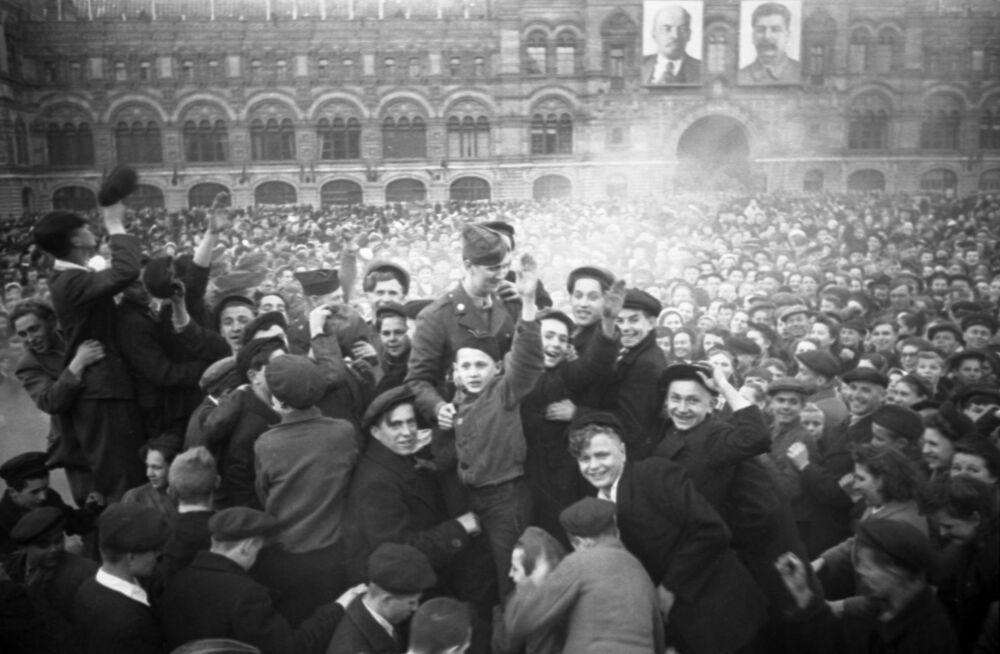 Moscovitas se reúnem na Praça Vermelha para comemorar a derrota da Alemanha nazista
