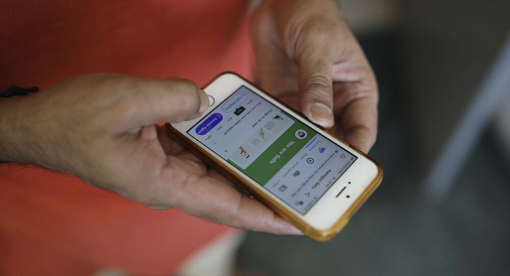 Pessoa utilizando aplicativo desenvolvido para rastrear infectados pelo novo coronavírus
