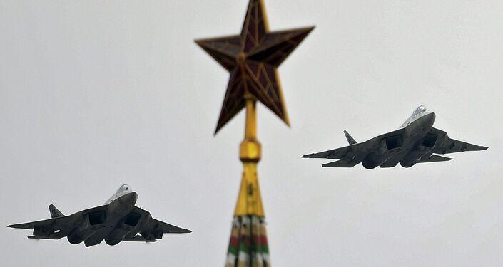 Caças multifuncionais russos de 5ª geração Su-57 durante o Dia da Vitória em Moscou