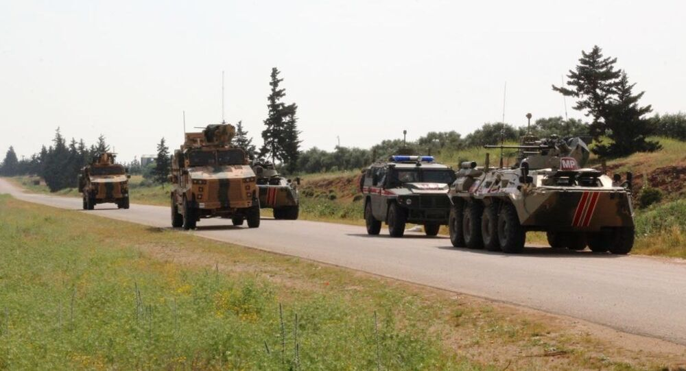 Rússia e Turquia conduzem patrulhamento conjunto na rodovia M4, na Síria (foto de arquivo)