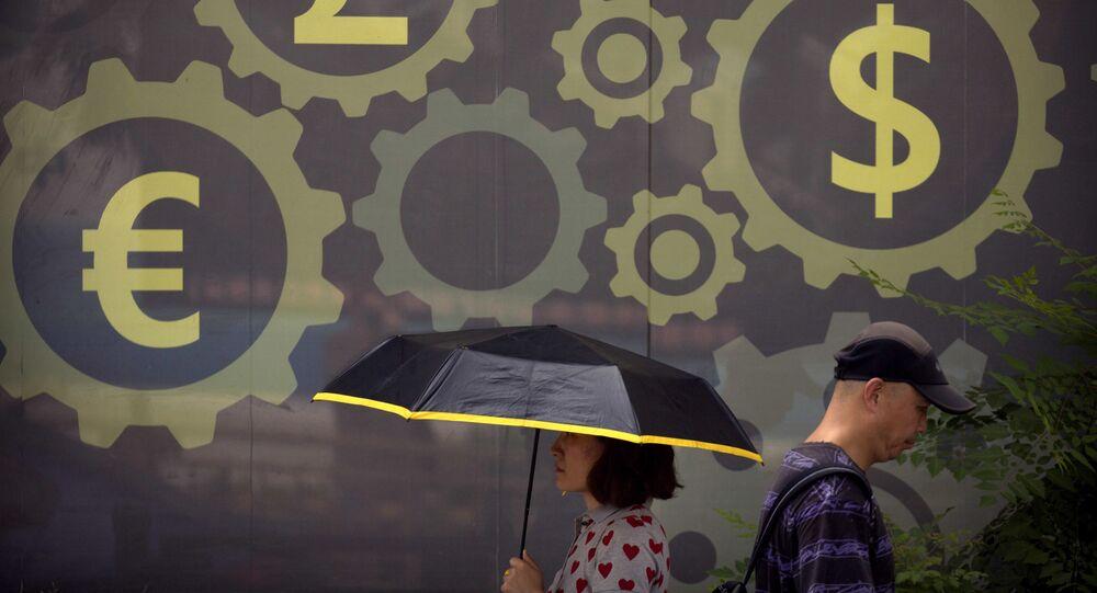 Pessoas caminham diante de mural com os símbolos de diferentes moedas