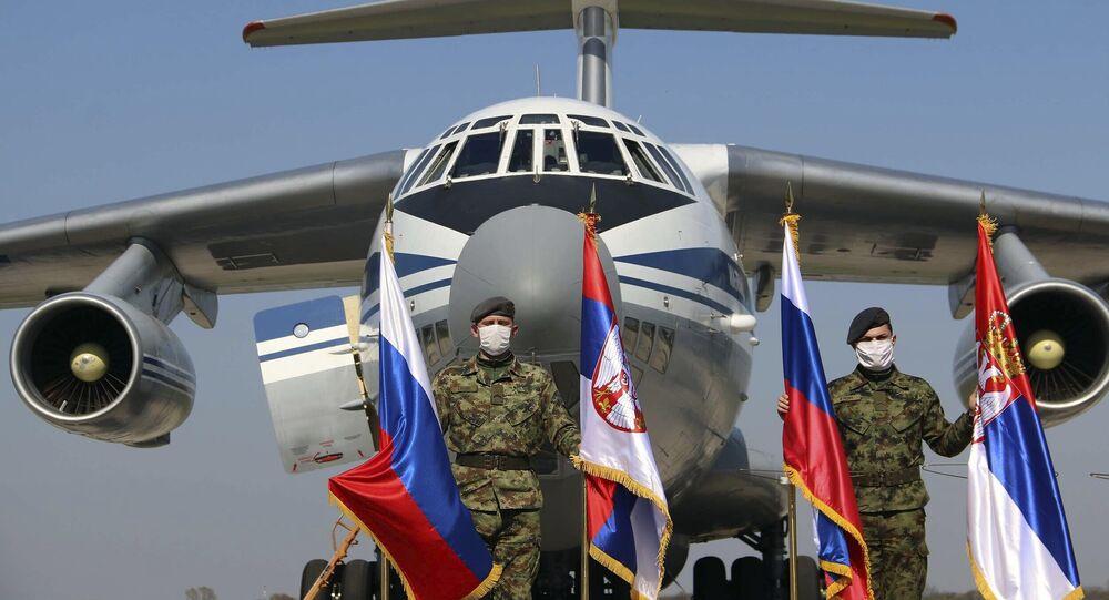Avião de transporte militar russo com material médico no aeroporto militar de Batajnica, perto de Belgrado