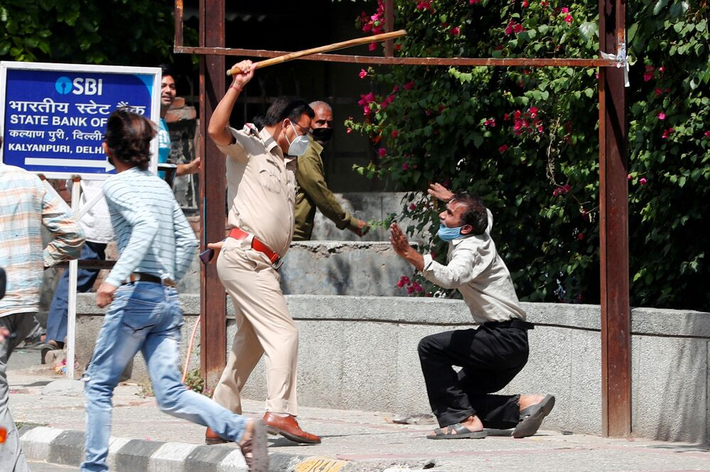 Policial castiga infrator de quarentena em Nova Deli, Índia
