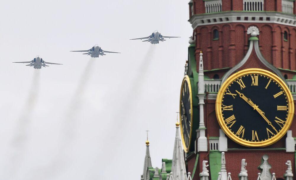 Bombardeiros Su-24 russos durante ensaio da Parada da Vitória em Moscou