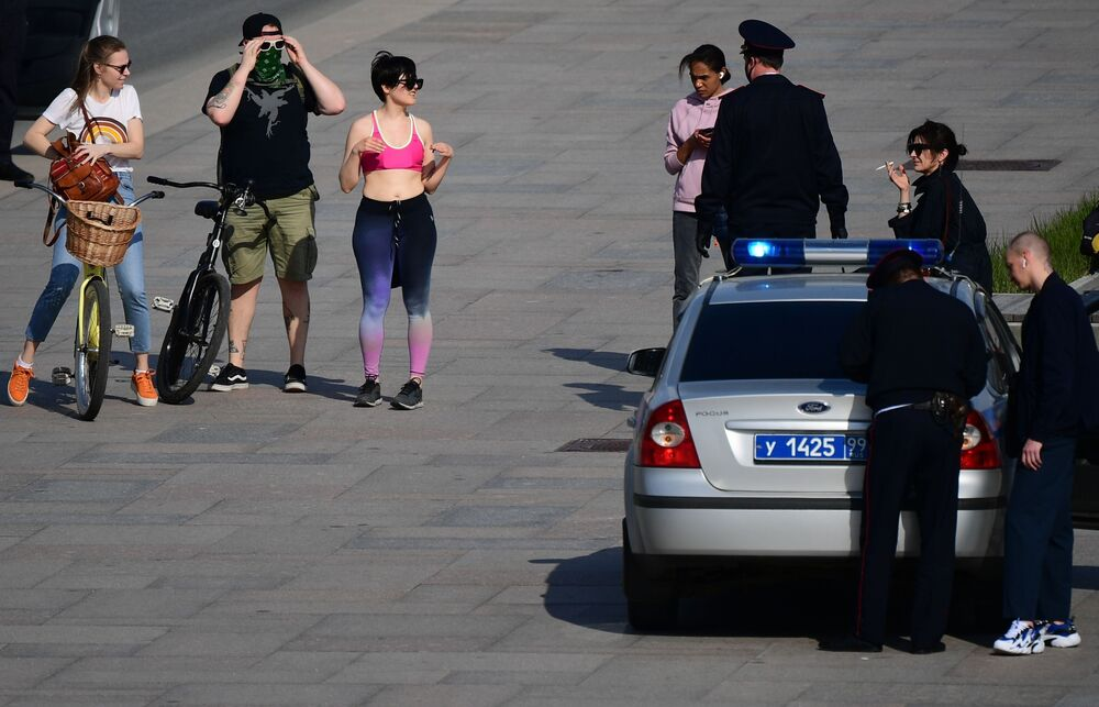 Policiais moscovitas verificam documentos de moradores da capital russa